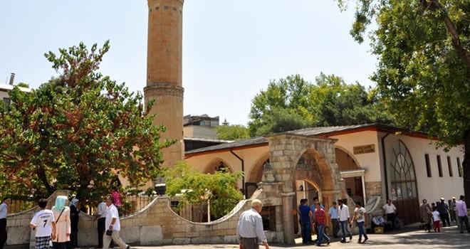 Kahramanmaraş'ta vatandaşlar serinlemek için tarihi Ulu Cami'ye gidiyor