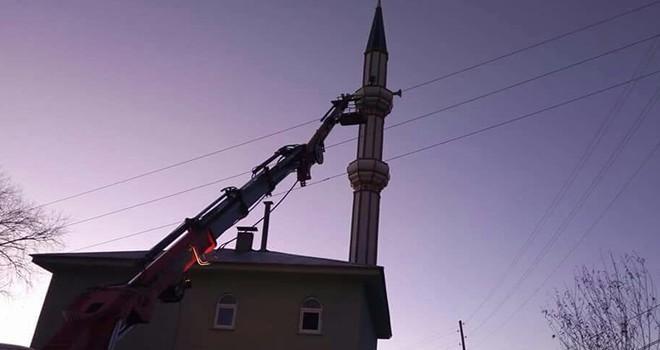 İmam minarede yaşamını yitirdi, vinçle indirildi!