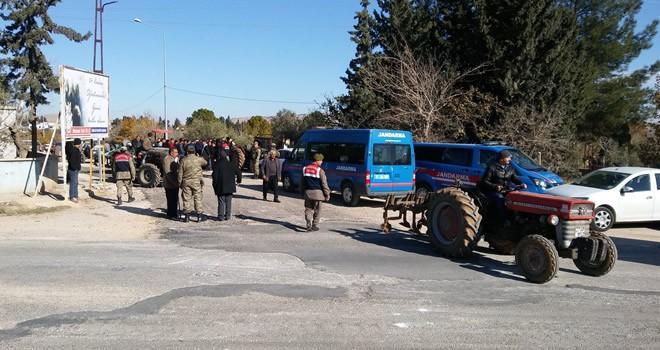 Gaziantep'te yapımı süren karayoluna geçit isteyen mahalleli traktörlerle yolu kapattı