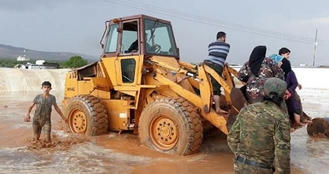 Mahsur kalan Suriyeliler kepçelerle kurtarıldı