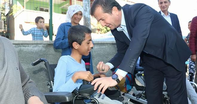 Başkan Bozdağ'dan akülü tekerlekli sandalye desteği