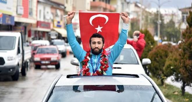 Dünya şampiyonu güreşçiye Kahramanmaraş'ta coşkulu karşılama