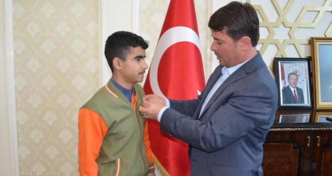 TEOG Türkiye 1.si Yusuf Tunç'a Başkan Okumuş'tan ödül