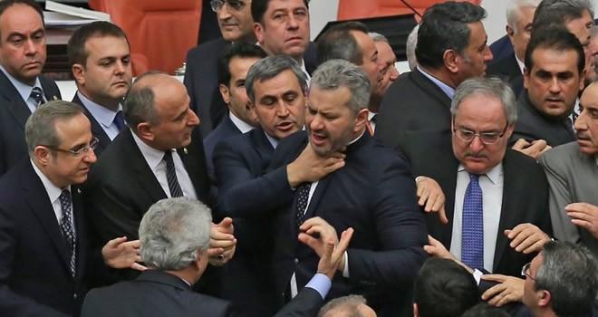 Meclis'te yumruklu kavga çıktı!