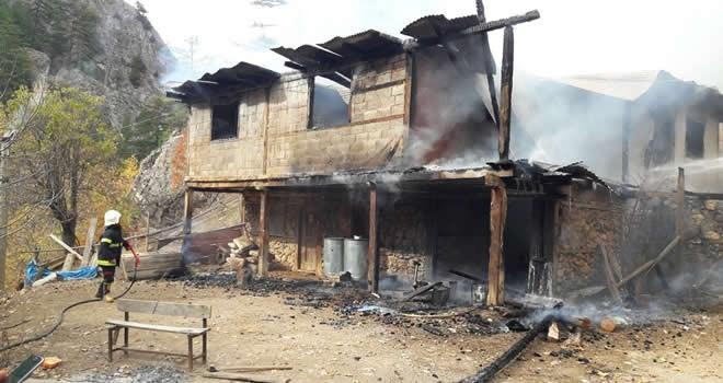 Kahramanmaraş'ta 2 katlı ev kül oldu