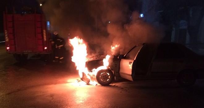 Kahramanmaraş'ta seyir halinde olan otomobil alev aldı