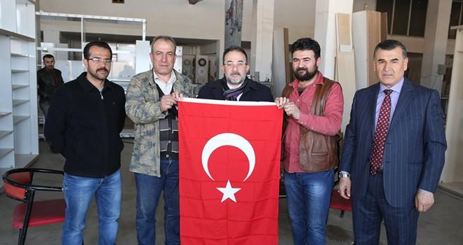 Başkan Güven esnafa Türk bayrağı dağıttı