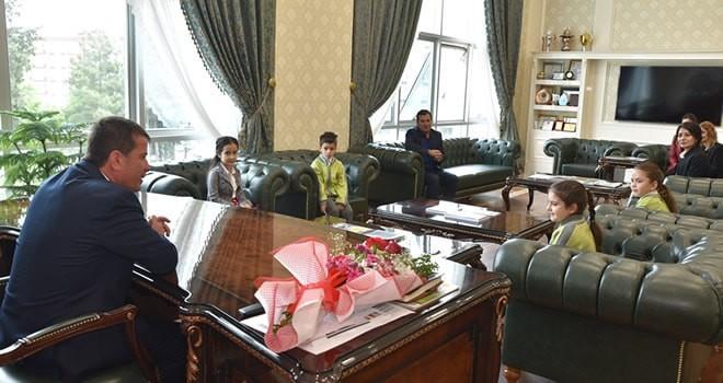 Başkan Okumuş 23 Nisan dolayısıyla koltuğunu öğrencilere devretti