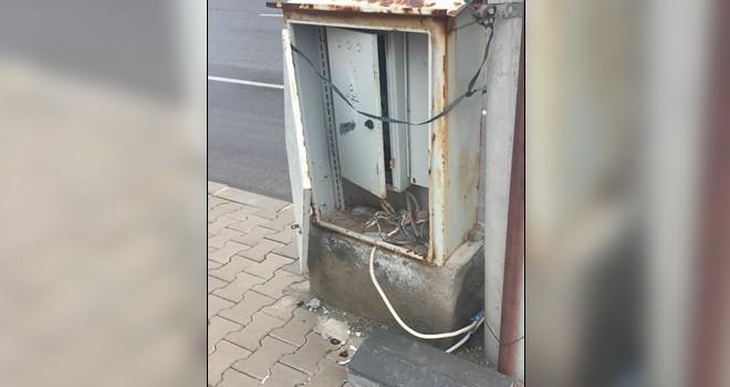 Kahramanmaraş'ta elektrik panosu tehlike saçıyor