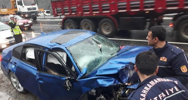 Kahramanmaraş'ta zincirleme kaza: Kayganlaşan yolda 3 araç birbirine girdi