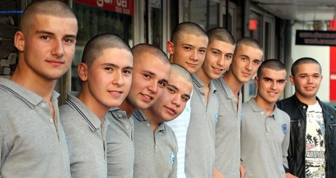 Lösemi hastası arkadaşı için saçlarını kazıttılar