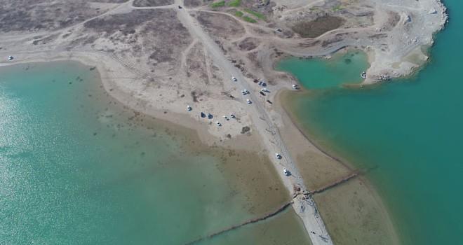Seyhan Baraj Gölü'nde sular çekilince adaya yürüyerek gittiler