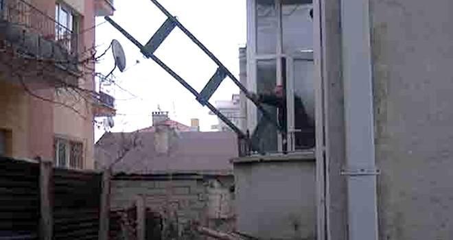 Böyle kiracı düşman başına !  Ev sahibine yakalanmamak için bakın ne yaptı !