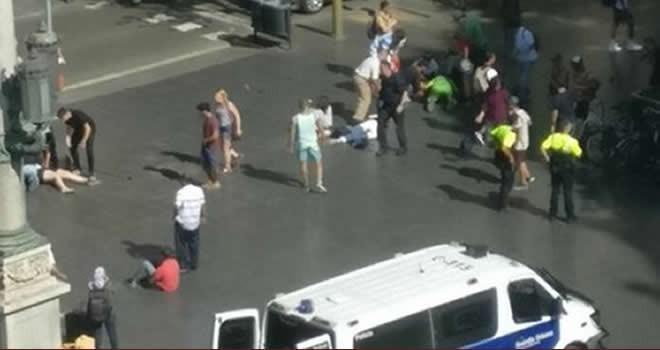 Minibüs kalabalığın arasına daldı: 13 ölü, 100 yaralı