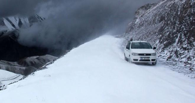 Erzurum'da kar ve tipi ulaşımı felç etti