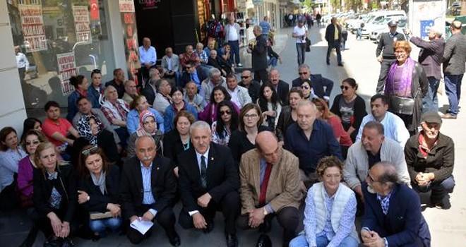 OHAL'i bahane eden CHP, Kahramanmaraş'ta oturma eylemi yaptı