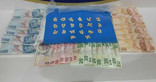 Uyuşturucu satıcısı çok sayıda hap ve para ile yakalandı