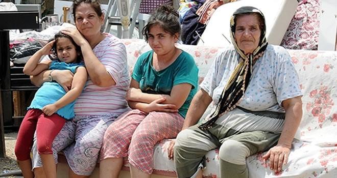 Adana'da 70 yaşındaki kadın, kızı ve 3 torunuyla sokağa atıldı