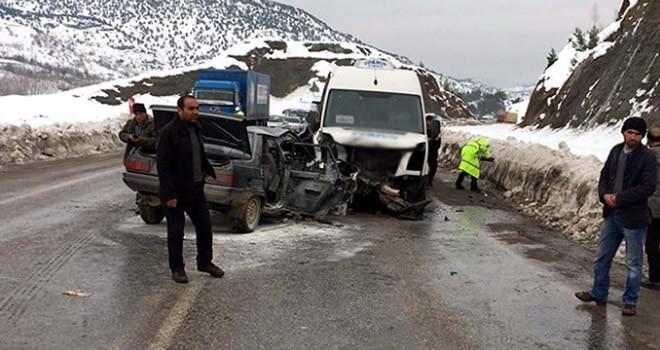 Kahramanmaraş'ta otomobil ile yolcu minibüsü çarpıştı: Ölü ve yaralılar var!