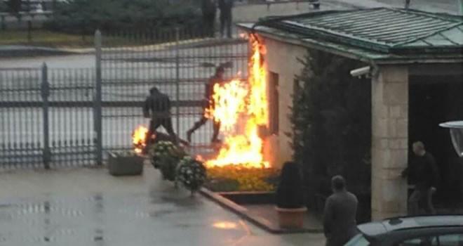 ''Geçinemiyorum'' diyen işçi Meclis'in önünde kendini yaktı!