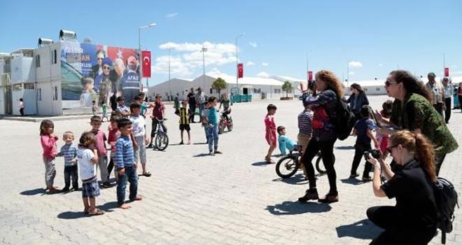 Yabancı gazeteciler, Kahramanmaraş'taki Geçici Barınma Merkezi'ni gezdi