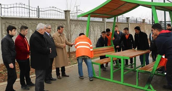 Pazarcık Belediyesi okullara oturma bankları dağıttı