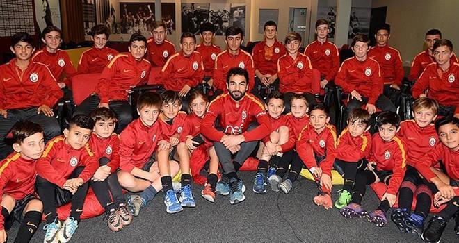 Galatasaray'ın kaptanı Selçuk İnan altyapı sporcularıyla buluştu