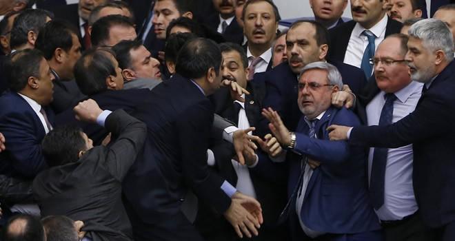 Mecliste tekmeli yumruklu kavga çıktı