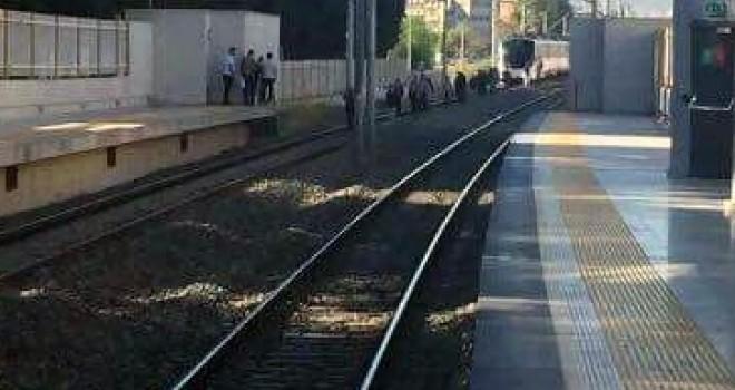Trenin önüne atlayıp intihar etti!