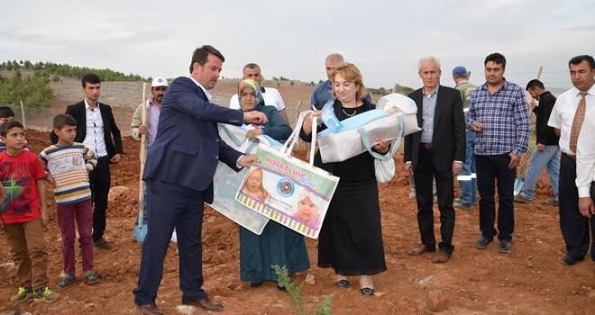 Türkoğlu'nda Yeni Doğan Bebeklerin İlk Hediyesi Başkan Okumuş'tan