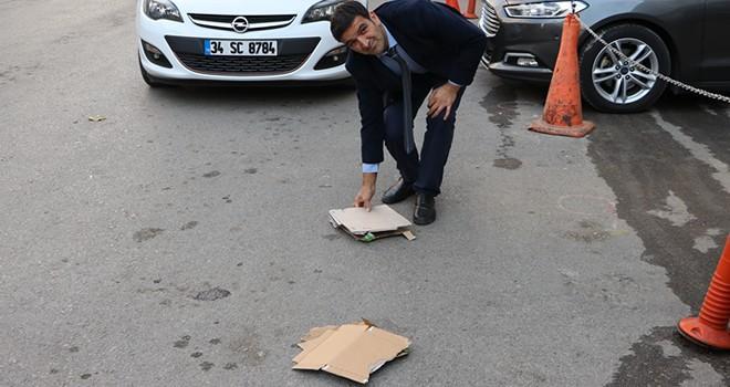 Kahramanmaraş'ta takım elbisesiyle atık kağıt topluyor