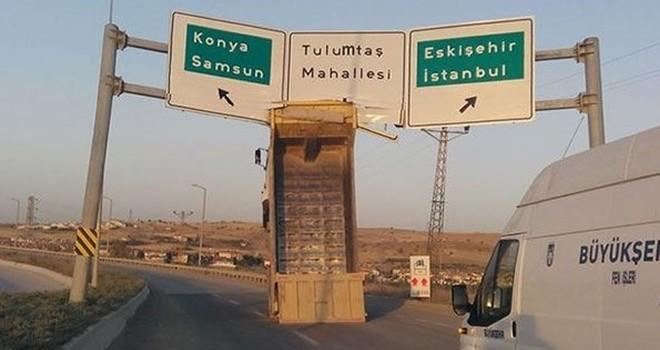 Ankara'da damper tabelaya takıldı, kamyon şaha kalktı