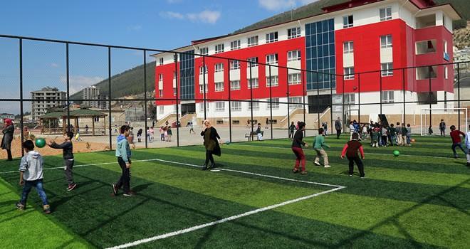 Büyükşehir'den okullara sentetik çim serim çalışmaları