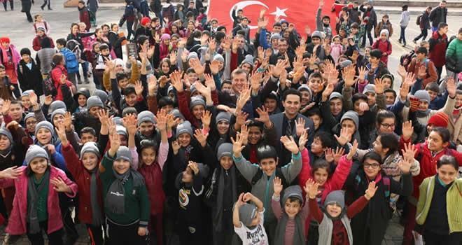 Pazarcık Belediyesi'nden öğrencilere atkı ve bere