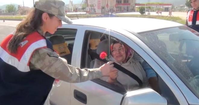 Türkoğlu'nda Jandarma araçları durdurup annelerin gününü kutladı