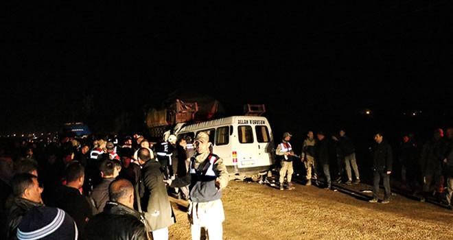 Hatay'da feci kaza: Minibüs, askeri TIR'a çarptı