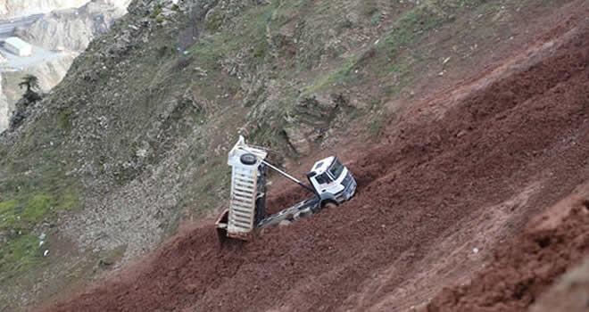 Hafriyat dökmeye giden kamyon uçurumdan aşağı yuvarlandı