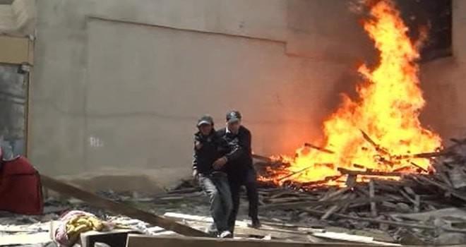 Polis memuru alevlerin arasından kurtardı