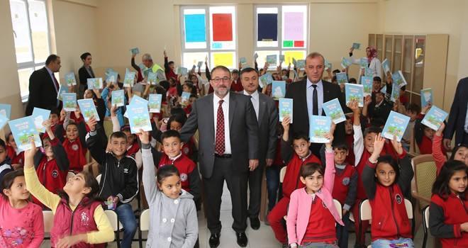 Afşin Belediyesi'nden öğrencilere kitap dağıtımı