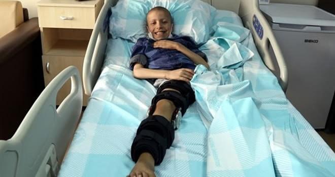 Bacağındaki kötü huylu kemik tümörü tekme sayesinde belli oldu!