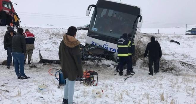 Kahramanmaraş'ta yolcu otobüsü ve otomobil çarpıştı: Ölü ve yaralılar var!