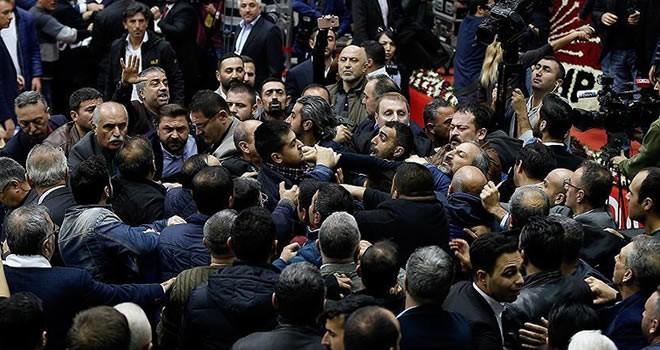 CHP kongresinde Kerbela kavgası ! Tekmeler yumruklar havada uçuştu...