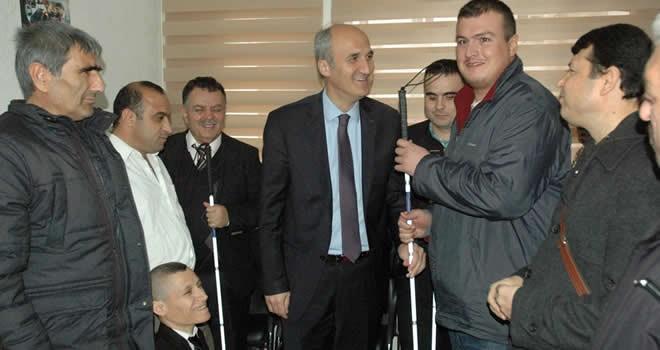 Dulkadiroğlu'ndan görme engellilere baston dağıtımı