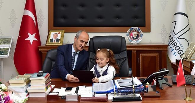 Başkan Okay, koltuğunu İlkokul öğrencisine devretti