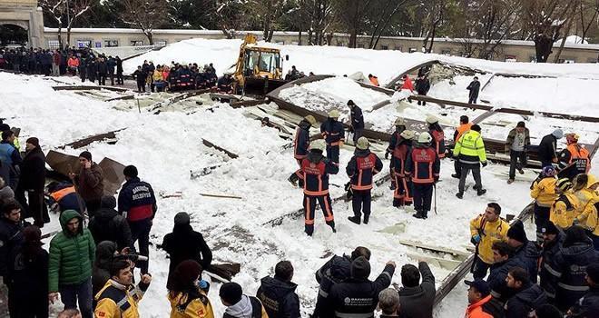 Cenaze namazı kılanların üzerine kar biriken tente çöktü