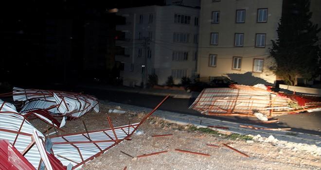 Kahramanmaraş'ta dün akşam şiddetli rüzgar çatıları uçurdu
