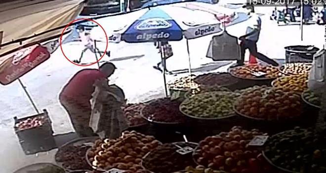 Kahramanmaraş'ta özel halk otobüsünün çocuğa çarpma anı kamerada