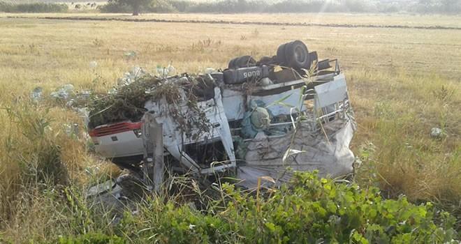Lahana taşıyan kamyonet takla attı: 1 yaralı