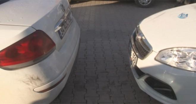 Adana'da ikiz plakalı araç polisi alarma geçirdi