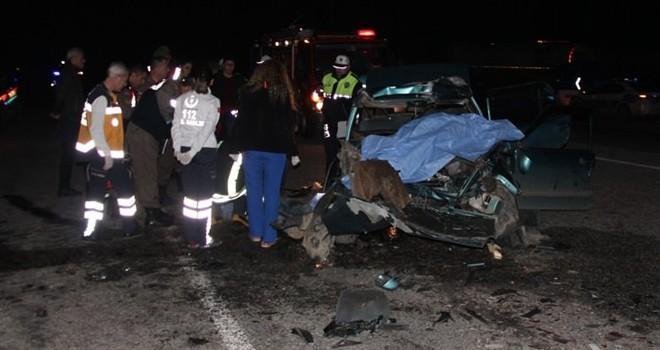 Otomobil yol kenarında duran TIR'a çarptı: 3 ölü, 2 yaralı